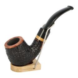 Dýmka Jirsa Varia XIII, filtr 9mm-Brierová dýmka Jirsa Varia s filtrem 9 mm. Kvalitní a precizně zpracovaná dýmka od známého výrobce dýmek Oldřicha Jirsy je vyrobená z pečlivě vybraného briaru. Zahnutá dýmka je v černo hnědém rustikálním provedení s výraznější kresbou. Texturovaná hlava dýmky ve tvaru osmihranu je v lesklém provedení, černý akrylátový náustek taktéž. Atraktivní vzhled dýmky ještě více zvýrazňuje ozdobný světlý prstenec. Každá Jirsovka je zdobená na horní a spodní straně známým logem Jirsa, podle kterého jasně dýmku identifikujeme. Dýmky Jirsa jsou zabalené do látkového pytlíku a dodávány v originální dárkové krabičce Jirsa. Filtr a vyobrazený stojánek není součástí balení dýmky.  Filtr do dýmky: 9mm Délka dýmky: 137mm Výška hlavy: 51mm Šířka hlavy: 39mm Průměr tabákové komory: 21mm Hloubka tabákové komory: 36mm Hmotnost dýmky: 49g Druh dýmky dle materiálu: dýmka briár