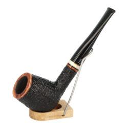 Dýmka Jirsa Varia XIV, filtr 9mm-Brierová dýmka Jirsa Varia s filtrem 9 mm. Kvalitní a precizně zpracovaná dýmka od známého výrobce dýmek Oldřicha Jirsy je vyrobená z pečlivě vybraného briaru. Rovná dýmka je v černo hnědém rustikálním provedení s výraznější kresbou. Texturovaná hlava dýmky je v lesklém provedení, černý akrylátový náustek taktéž. Atraktivní vzhled dýmky ještě více zvýrazňuje ozdobný světlý prstenec. Každá Jirsovka je zdobená na horní a spodní straně známým logem Jirsa, podle kterého jasně dýmku identifikujeme. Dýmky Jirsa jsou zabalené do látkového pytlíku a dodávány v originální dárkové krabičce Jirsa. Filtr a vyobrazený stojánek není součástí balení dýmky.  Filtr do dýmky: 9mm Délka dýmky: 145mm Výška hlavy: 49mm Šířka hlavy: 37mm Průměr tabákové komory: 21mm Hloubka tabákové komory: 40mm Hmotnost dýmky: 35g Druh dýmky dle materiálu: dýmka briár