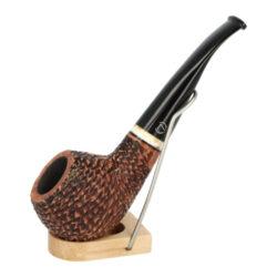 Dýmka Jirsa Rusty VIII, filtr 9mm-Dýmka Jirsa Rusty s filtrem 9 mm. Precizně zpracovaná brierová dýmka od známého výrobce dýmek Oldřicha Jirsy je kvalitně vyrobená z pečlivě vybraného briarového dřeva. Mírně prohnutá dýmka je ve hnědém rustikálním provedení s jemnou kresbou. Právě díky jejímu hrubému designu jsou obecně známy jako dýmky rustik. Větší texturovaná hlava dýmky je pololesklá, černý akrylátový náustek lesklý. Atraktivní vzhled dýmky ještě více zvýrazňují ozdobné kroužky. Každá Jirsovka je zdobená na horní a spodní straně známým logem Jirsa, podle kterého jasně dýmku identifikujeme. Dýmky Jirsa jsou zabalené do látkového pytlíku a dodávány v originální dárkové krabičce Jirsa. Filtr a vyobrazený stojánek není součástí balení dýmky.  Filtr do dýmky: 9mm Délka dýmky: 136mm Výška hlavy: 55mm Šířka hlavy: 44mm Průměr tabákové komory: 21mm Hloubka tabákové komory: 35mm Hmotnost dýmky: 73g Druh dýmky dle materiálu: dýmka briár