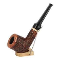 Dýmka Jirsa Rusty XI, filtr 9mm-Dýmka Jirsa Rusty s filtrem 9 mm. Precizně zpracovaná brierová dýmka od známého výrobce dýmek Oldřicha Jirsy je kvalitně vyrobená z pečlivě vybraného briarového dřeva. Zahnutá dýmka je ve hnědém rustikálním provedení s jemnou kresbou. Právě díky jejímu hrubému designu jsou obecně známy jako dýmky rustik. Texturovaná hlava dýmky je pololesklá, černý akrylátový náustek lesklý. Atraktivní vzhled dýmky ještě více zvýrazňují ozdobné kroužky. Každá Jirsovka je zdobená na horní a spodní straně známým logem Jirsa, podle kterého jasně dýmku identifikujeme. Dýmky Jirsa jsou zabalené do látkového pytlíku a dodávány v originální dárkové krabičce Jirsa. Filtr a vyobrazený stojánek není součástí balení dýmky.  Filtr do dýmky: 9mm Délka dýmky: 146mm Výška hlavy: 50mm Šířka hlavy: 44mm Průměr tabákové komory: 21mm Hloubka tabákové komory: 39mm Hmotnost dýmky: 58g Druh dýmky dle materiálu: dýmka briár