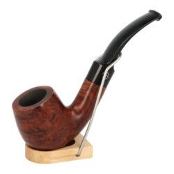 Dýmka Jirsa Petit XVII, filtr 9mm-Dýmka Jirsa Petit s filtrem 9 mm. Precizně zpracovaná brierová dýmka od známého výrobce dýmek Oldřicha Jirsy je kvalitně vyrobená z pečlivě vybraného briarového dřeva. Zahnutá dýmka je ve tmavším hnědém odstínu s výraznější kresbou. Hladká hlava dýmky je v lesklém provedení, černý akrylátový náustek taktéž. Každá Jirsovka je zdobená na horní a spodní straně známým logem Jirsa, podle kterého jasně dýmku identifikujeme. Dýmky Jirsa Petit jsou zabalené do látkového pytlíku. Filtr a vyobrazený stojánek není součástí balení dýmky.  Filtr do dýmky: 9 mm Délka dýmky: 131 mm Výška hlavy: 45 mm Šířka hlavy: 38 mm Průměr tabákové komory: 20 mm Hloubka tabákové komory: 33 mm Hmotnost dýmky: 42 g Druh dýmky dle materiálu: dýmka briár