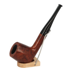 Dýmka Jirsa Petit XXIII, filtr 9mm-Dýmka Jirsa Petit s filtrem 9 mm. Precizně zpracovaná brierová dýmka od známého výrobce dýmek Oldřicha Jirsy je kvalitně vyrobená z pečlivě vybraného briarového dřeva. Rovná dýmka je ve tmavším hnědém odstínu s jemnou kresbou. Hladká hlava dýmky je v lesklém provedení, černý akrylátový náustek taktéž. Každá Jirsovka je zdobená na horní a spodní straně známým logem Jirsa, podle kterého jasně dýmku identifikujeme. Dýmky Jirsa Petit jsou zabalené do látkového pytlíku. Filtr a vyobrazený stojánek není součástí balení dýmky.  Filtr do dýmky: 9 mm Délka dýmky: 153 mm Výška hlavy: 49 mm Šířka hlavy: 38 mm Průměr tabákové komory: 21 mm Hloubka tabákové komory: 36 mm Hmotnost dýmky: 46 g Druh dýmky dle materiálu: dýmka briár