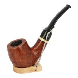 Dýmka Jirsa Premia XII, filtr 9mm-Dýmka Jirsa Premia s filtrem 9 mm. Kvalitní a precizně zpracovaná brierová dýmka od známého výrobce dýmek Oldřicha Jirsy je vyrobená z pečlivě vybraného briarového dřeva. Zahnutá dýmka je ve světlejším hnědém odstínu s výraznou kresbou. Hladká hlava dýmky je v lesklém provedení, černý akrylátový náustek taktéž. Atraktivní vzhled dýmky ještě více zvýrazňují ozdobné kroužky. Každá Jirsovka je zdobená na horní a spodní straně známým logem Jirsa, podle kterého jasně dýmku identifikujeme. Dýmky Jirsa jsou zabalené do látkového pytlíku a dodávány v originální dárkové krabičce Jirsa. Filtr a vyobrazený stojánek není součástí balení dýmky.  Filtr do dýmky: 9 mm Délka dýmky: 135 mm Výška hlavy: 48 mm Šířka hlavy: 39 mm Průměr tabákové komory: 21 mm Hloubka tabákové komory: 37 mm Hmotnost dýmky: 42 g Druh dýmky dle materiálu: dýmka briár