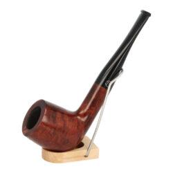 Dýmka Jirsa Petit XXVII, filtr 9mm-Dýmka Jirsa Petit s filtrem 9 mm. Precizně zpracovaná brierová dýmka od známého výrobce dýmek Oldřicha Jirsy je kvalitně vyrobená z pečlivě vybraného briarového dřeva. Rovná dýmka je ve tmavším hnědo oranžovém odstínu kresbou. Hladká hlava dýmky je v lesklém provedení, černý akrylátový náustek taktéž. Každá Jirsovka je zdobená na horní a spodní straně známým logem Jirsa, podle kterého jasně dýmku identifikujeme. Dýmky Jirsa Petit jsou zabalené do látkového pytlíku. Filtr a vyobrazený stojánek není součástí balení dýmky.  Filtr do dýmky: 9 mm Délka dýmky: 149 mm Výška hlavy: 49 mm Šířka hlavy: 37 mm Průměr tabákové komory: 21 mm Hloubka tabákové komory: 36 mm Hmotnost dýmky: 44 g Druh dýmky dle materiálu: dýmka briár
