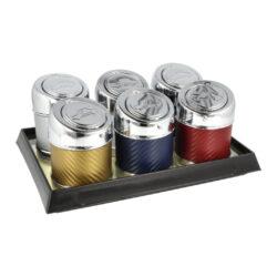 Popelník do auta Faro Metal-Cigaretový popelník do auta Faro Metal. Kovový popelník je v barevném provedení v kombinaci s lesklým chromem. Díky jeho konstrukci se Vám nestane, že popel bude okolo popelníku. Popelník je vybavený uzavíracím víčkem, které se po stisknutí tlačítka odklopí. V horní části uvnitř popelníku najdeme praktickou spirálu pro odložení 1-2 cigaret a naproti ní je umístěný prostor pro zhasnutí cigarety. Pro vysypání popelníku jednoduše otočíme celou horní částí, spodní část se uvolní a my můžeme prostor pro popel vyprázdnit. Popelník je lehce umístitelný do běžného držáku na nápoje. Využití tohoto popelníku nenajdete pouze v autě, ale třeba na balkóně, terase či zahradním altánu, kde udržení čistoty okolí je též žádané. Cena je uvedena za 1 ks. Před odesláním objednávky uveďte číslo barevného provedení do poznámky.  Rozměry: Výška zavřeného popelníku: 98 mm Výška otevřeného popelníku: 145 mm Průměr popelníku: 67 mm