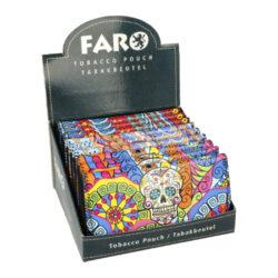 Pouzdro na tabák Faro Skulls-Atraktivní koženkové pouzdro na tabák, papírky a filtry. Pouzdro Faro Skulls z jemné koženky má čelní stranu zdobenou barevným tištěným motivem Skull a je v polomatném černém provedení s efektní obšívkou. Pouzdro na tabák je vybavené čtyřmi úložnými prostory. Po odklopení horní strany a rozevření pouzdra, které se uzavírá na magnet, najdeme hlavní kapsu pro tabák, prostor pro papírky, kapsu na filtry uzavíratelnou na zip a praktickou gumičku např. pro zapalovač či jiné potřebné kuřácké potřeby. Na horní straně máme další vnitřní kapsu, která se může vždy hodit. Dejte sbohem rozsypanému tabáku po kapsách, zničeným papírkům či filtrům a mějte vše vždy při sobě na jednom místě. Před odesláním objednávky uveďte číslo barevného provedení do poznámky. Cena je uvedena za 1 ks.  Rozměry zavřeného pouzdra (Š x H x V): 160 x 20 x 78 mm