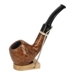 Dýmka Jirsa Premia XXII, filtr 9mm-Dýmka Jirsa Premia s filtrem 9 mm. Kvalitní a precizně zpracovaná brierová dýmka od známého výrobce dýmek Oldřicha Jirsy je vyrobená z pečlivě vybraného briarového dřeva. Zahnutá dýmka je ve hnědém odstínu s výraznou kresbou. Hladká hlava dýmky je v lesklém provedení, černý akrylátový náustek taktéž. Atraktivní vzhled dýmky ještě více zvýrazňují ozdobné kroužky. Každá Jirsovka je zdobená známým logem Jirsa, podle kterého jasně dýmku identifikujeme. Dýmky Jirsa jsou zabalené do látkového pytlíku a dodávány v originální dárkové krabičce Jirsa. Filtr a vyobrazený stojánek není součástí balení dýmky.  Filtr do dýmky: 9 mm Délka dýmky: 135 mm Výška hlavy: 42 mm Šířka hlavy: 44 mm Průměr tabákové komory: 20 mm Hloubka tabákové komory: 30 mm Hmotnost dýmky: 47 g Druh dýmky dle materiálu: dýmka briár