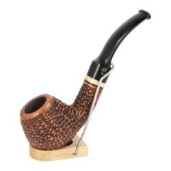 Dýmka Jirsa Rusty XIX, filtr 9mm-Dýmka Jirsa Rusty s filtrem 9 mm. Precizně zpracovaná brierová dýmka od známého výrobce dýmek Oldřicha Jirsy je kvalitně vyrobená z pečlivě vybraného briarového dřeva. Zahnutá dýmka je ve hnědém rustikálním provedení s jemnou kresbou. Právě díky jejímu hrubému designu jsou obecně známy jako dýmky rustik. Texturovaná hlava dýmky je pololesklá, černý akrylátový náustek lesklý. Atraktivní vzhled dýmky ještě více zvýrazňují ozdobné kroužky. Každá Jirsovka je zdobená na boční a spodní straně známým logem Jirsa, podle kterého jasně dýmku identifikujeme. Dýmky Jirsa jsou zabalené do látkového pytlíku a dodávány v originální dárkové krabičce Jirsa. Filtr a vyobrazený stojánek není součástí balení dýmky.  Filtr do dýmky: 9 mm Délka dýmky: 145 mm Výška hlavy: 42 mm Šířka hlavy: 43 mm Průměr tabákové komory: 21 mm Hloubka tabákové komory: 29 mm Hmotnost dýmky: 47 g Druh dýmky dle materiálu: dýmka briár