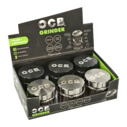 Drtič tabáku kovový  OCB black & anthracite, 4.díl., 50mm-Kovový drtič tabáku OCB black & anthracite. Atraktivní čtyřdílná drtička se závitem, sítkem a zásobníkem na tabák je vyrobena z kvalitního hliníku CNC technologií. Kvalitně zpracovaný jemně drážkovaný povrch v černém nebo antracitovém lesklém provedení je upraven eloxováním. Horní strana víčka je zdobená logem OCB. Jednotlivé díly drtičky na tabák jsou pevně spojené na závit, víčko je na magnet. Precizně broušené ostří nožů ve tvaru diamantu velmi jemně nadrtí vaši směs do požadované hrubosti. Cena uvedena za 1 ks. Před odesláním objednávky uveďte číslo barevného provedení do poznámky.  Průměr drtiče: 50 mm Výška drtiče: 43 mm