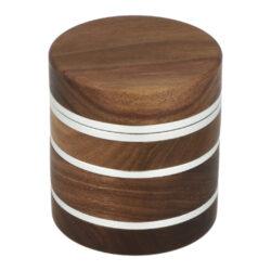 Drtič tabáku dřevěný Super Heroes Brown, 4.díl., 60mm-Dřevěný drtič na tabák Super Heroes Brown. Čtyřdílná drtička se závitem, sítkem a zásobníkem na tabák má tělo vyrobené z kvalitního hliníku CNC technologií. Hliníkové tělo v přírodním odstínu je zasazené v dřevěném pouzdře ve tmavě hnědém provedení s jemnou kresbou. Vnitřní spodní část zásobníku na tabák je zdobená logem Super Heroes. Jednotlivé díly dřevěné drtičky na tabák jsou pevně spojené na závit, víčko je na magnet. Precizně broušené ostří nožů ve tvaru trojúhelníku velmi jemně nadrtí vaši směs do požadované hrubosti. Drtič na tabák je dodávaný v kartonové krabičce.  Průměr drtiče: 62 mm Výška drtiče: 68 mm