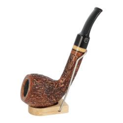 Dýmka Jirsa Rustik, filtr 9mm-Dýmka Jirsa Rustik z bruyerového dřeva s filtrem. Kvalitní a precizně vyrobená zahnutá dýmka od známého výrobce Oldřicha Jirsy. Dýmka je v hnědém rustikálním provedení s černým lesklým náustkem. Dýmka je dodávána v originální dárkové krabičce zabalená do látkového pytlíku. Vyobrazený stojánek není součástí balení dýmky.  Filtr do dýmky: 9mm Délka dýmky: 135mm Výška hlavy: 50mm Šířka hlavy: 39mm Průměr tabákové komory: 21mm Hloubka tabákové komory: 41mm Hmotnost dýmky: 47g