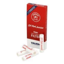 Filtry do dýmky Vauen Dr. Perl Junior, 10ks, 9mm-Filtry Vauen do dýmky. Uhlíkový filtr 9 mm Vauen Dr. Perl Junior je vyroben z nechlorovaného filtrového papíru a je naplněn aktivním uhlím. Filtr Vauen má velmi dobré absorpční schopnosti, výborně zachycuje dehet z kondenzátu a další škodliviny z tabáku. Dopřeje Vám suché a chladné kouření. Filtr se vždy zasouvá keramickým koncem k hlavě dýmky a plastovým(modrým) koncem do náustku. Praktické balení, které můžete mít vždy u sebe, obsahuje 10 ks filtrů v krabičce.  Cena je uvedená za jedno balení.  Průměr filtru: 9 mm Délka filtru: 36 mm Prodejní balení: krabička 10 ks filtrů