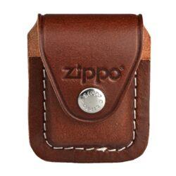 Kapsička Zippo na zapalovač, hnědá-Kožená kapsička na Zippo zapalovač. Pouzdro na Zippo zapalovač se zavíráním na patent je vybavené klipem, za které se pouzdro zavěsí za opasek, kalhoty nebo kapsu. Kožené pouzdro zdobené logem Zippo má hladký povrch v polomatném provedení a je dodáváno v originální krabičce. Celkové rozměry pouzdra: 7,4x5,9x3,3cm. Provedení: kůže/hnědé.