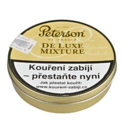 Dýmkový tabák Peterson De Luxe Mixture, 50g-Dýmkový tabák Peterson De Luxe Mixture. Směs aromatického černého Cavendishe je skvělým výběrem zralých virginských tabáků pěstovaných v Brazílii a Africe a již zmíněným Cavendishem. Tato směs Vás překvapí příjemnou chutí vanilky, ořechů a medu. Balení plechová krabička 50g.