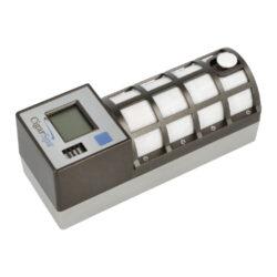 Zvlhčovač elektrický Cigar Spa, digitální, černý-Digitální zvlhčovač do humidoru s možností nastavení udržované vlhkosti v rozmezí 55-75%. Zvlhčovač je řízený mikroprocesorem, provoz je na baterii(4xAA). Doplnění vodou cca za 5-6 měsíců. Údaje jsou zobrazeny na displeji. Rozměr: 17x6x6,7cm, váha 330g.  Upozornění: při plnění zásobníku na vodu nepoužívejte vodu z kohoutku, i když máte instalovaný jakýkoliv vodní filtr. Vždy použijte destilovanou vodu!