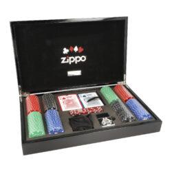 Zippo sada Poker-Pokerová sada Zippo Poker v dřevěné kazetě s Zippo zapalovačem s emblémem 100$ žetonu. Sada obsahuje: balení karet, žetony, zapalovač Zippo, kostky. Vhodné jako dárek.