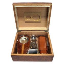 Doutníkový Humidor Set hnědý 30D, stolní-Doutníkový Humidor Set. Stolní humidor na doutníky s kapacitou cca 30 doutníků. Sada obsahuje: zapalovač, popelník, vlhkoměr, zvlhčovač a ořezávač. Vnitřek humidoru je vyložený cedrovým dřevem. Rozměr: 26x22x11 cm.