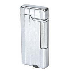 Zapalovač Hadson Gent, chrom, rýhy-Stylový zapalovač Hadson. Kovový zapalovač s kamínkovým zapalováním má povrch v lesklém chromovém provedení s podélným gravírováním. Ve spodní části je umístěn plynový plnící ventil a regulace intenzity plamene. Zapalovač je dodávaný v dárkové krabičce. Výška zapalovače 6,5cm.