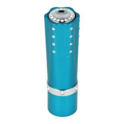 Dámský zapalovač Hadson Lipstick, modrý, bílé kamínky Swarovski-Plynový dámský zapalovač Hadson Lipstick. Kovový zapalovač ve tvaru rtěnky je zdobený bílými kamínky Swarovski a jeho povrch je v metalickém modrém provedení. Otočením spodní části zapalovače jako u rtěnky se vysune tlačítko k zapálení plamene. Ve spodní části je umístěn plynový plnící ventil a regulace intenzity plamene. Dámský zapalovač je dodávaný v dárkové krabičce. Výška zapalovače 8cm.