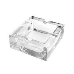 Cigaretový popelník skleněný Čtverec-Masivní skleněný cigaretový popelník. Hranatý transparentní popelník na cigarety je vybaven čtyřmi odkladovými místy. Rozměry popelníku 12x12x3,9cm. Popelník je dodávaný v kartonové krabičce.