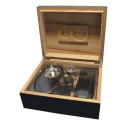 Doutníkový Humidor Set černý 30D, stolní-Doutníkový Humidor Set. Stolní humidor na doutníky s kapacitou cca 30 doutníků. Sada obsahuje: popelník, vlhkoměr, zvlhčovač, ořezávač a pouzdro na dva doutníky. Vnitřek humidoru je vyložený cedrovým dřevem. Rozměr: 26x22x11 cm.