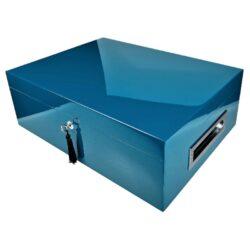 Humidor na doutníky Villa Spa modrý 80D, stolní-Stolní humidor na doutníky Villa Spa s kapacitou cca 80 doutníků. Precizně zpracovaný humidor v modrém odstínu a povrchem v atraktivním vysokém lesku je vybavený plně automatickým zvlhčovačem Cigar Spa. Uzamykatelný humidor vyložený cedrovým dřevem obsahuje 2x šuplík na doutníky a 4x přepážku, kterou je možné variabilně měnit prostor. Na stranách humidoru jsou umístěna kovová madla s efektním broušeným povrchem. Rozměr: 43x32x15 cm.