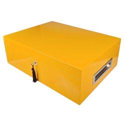 Humidor na doutníky Villa Spa žlutý 80D, stolní-Stolní humidor na doutníky Villa Spa s kapacitou cca 80 doutníků. Precizně zpracovaný humidor ve žlutém odstínu a povrchem v atraktivním vysokém lesku je vybavený plně automatickým zvlhčovačem Cigar Spa. Uzamykatelný humidor vyložený cedrovým dřevem obsahuje 2x šuplík na doutníky a 4x přepážku, kterou je možné variabilně měnit prostor. Na stranách humidoru jsou umístěna kovová madla s efektním broušeným povrchem. Rozměr: 43x32x15 cm.  Humidory jsou dodávány nezavlhčené, proto Vám nabízíme bezplatnou volitelnou službu Zavlhčení humidoru, kterou si vyberete v Souvisejícím zboží. Nový humidor je nutné před prvním uložením doutníků zavlhčit, upravit a ustálit jeho vlhkost na požadovanou hodnotu. Dobře zavlhčený humidor uchová Vaše doutníky ve skvělé kondici.