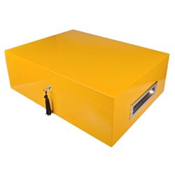 Humidor na doutníky Villa Spa žlutý-Stolní humidor na doutníky Villa Spa s kapacitou cca 80 doutníků. Precizně zpracovaný humidor ve žlutém odstínu a povrchem v atraktivním vysokém lesku je vybavený plně automatickým zvlhčovačem Cigar Spa. Uzamykatelný humidor vyložený cedrovým dřevem obsahuje 2x šuplík na doutníky a 4x přepážku, kterou je možné variabilně měnit prostor. Na stranách humidoru jsou umístěna kovová madla s efektním broušeným povrchem. Rozměr: 43x32x15 cm.  Humidory jsou dodávány nezavlhčené, proto Vám nabízíme bezplatnou volitelnou službu Zavlhčení humidoru, kterou si vyberete v Souvisejícím zboží. Nový humidor je nutné před prvním uložením doutníků zavlhčit, upravit a ustálit jeho vlhkost na požadovanou hodnotu. Dobře zavlhčený humidor uchová Vaše doutníky ve skvělé kondici.  a target=_blank href=..\www\prilohy\Návod_k_použití_humidoru.pdfNávod k použití humidoru - PDF/a