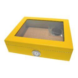 SLEVA Humidor na doutníky Yellow prosklený-SLEVA! Vada povrchu - humidor má na třech místech v rozích u skla v místě lakovaného povrchu jemné prasklinky v laku (viz foto). Stolní humidor na doutníky s proskleným víkem a kapacitou cca 25 doutníků. Dodáván s vlhkoměrem a zvlhčovačem. Vnitřek humidoru je vyložený cedrovým dřevem. Rozměr: 26x22x7,5 cm.  Humidory jsou dodávány nezavlhčené, proto Vám nabízíme bezplatnou volitelnou službu Zavlhčení humidoru, kterou si vyberete v Souvisejícím zboží. Nový humidor je nutné před prvním uložením doutníků zavlhčit, upravit a ustálit jeho vlhkost na požadovanou hodnotu. Dobře zavlhčený humidor uchová Vaše doutníky ve skvělé kondici.  a target=_blank href=..\www\prilohy\Návod_k_použití_humidoru.pdfNávod k použití humidoru - PDF/a