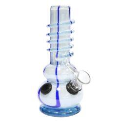 Bong sklo 17cm, bílomodrý-Skleněný bong. Neprůhledný rovný bong v bílo modrém provedení je zdobený vystupující spirálou. Bong je vyrobený z tepelně odolného skla tloušťky 5 mm. Krátký chillum bongu je jednodílný.  Výška: 17 cm Vnitřní průměr bongu: 2,4 cm Průměr hrdla: 3,3 cm Socket chillumu: 9 mm Sítko do bongu: 12 mm Materiál: sklo
