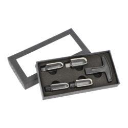 Výhrubník na dýmku Pipe Reamer set-Výhrubník na dýmku Senior Pipe Reamer pro údržbu vnitřku hlavy dýmky. Praktický pětidílný set obsahuje dýmkový výhrubník a čtyři nástavce s průměrem 16, 18, 20 a 22 mm. Všechny nástavce mají kovové ostří dlouhé 35 mm. Nezbytná pomůcka každého kuřáka dýmky, která by v jeho výbavě neměla chybět. Výhrubník je dodávaný v dárkové krabičce. Rozměry výhrubníku bez nástavce: 54x58 mm. Materiál: plast/kov.