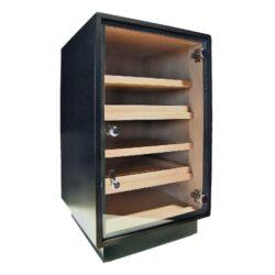 Humidor na doutníky Cabinet Black 150D, skříňový-Skříňový humidor na doutníky s kapacitou cca 120-150 doutníků. Dodáván s vlhkoměrem, zvlhčovačem a čtyřmi policemi. Vnitřek humidoru je vyložený cedrovým dřevem. Rozměr: 66x44x41 cm.  Humidory jsou dodávány nezavlhčené, proto Vám nabízíme bezplatnou volitelnou službu Zavlhčení humidoru, kterou si vyberete v Souvisejícím zboží. Nový humidor je nutné před prvním uložením doutníků zavlhčit, upravit a ustálit jeho vlhkost na požadovanou hodnotu. Dobře zavlhčený humidor uchová Vaše doutníky ve skvělé kondici.