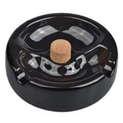 Dýmkový a doutníkový popelník keramický-Doutníkový a dýmkový popelník bez odkladu na dýmku v jednom. Kulatý keramický popelník v černém lesklém provedení je vhodný jak pro kuřáka dýmky, tak i pro kuřáka doutníků. Kombinovaný popelník je vybavený praktickým korkovým trnem na vyklepání dýmky a současně dvěma odklady pro odložení doutníku. Ideální pro kuřáka, kterému lahodí nejen chuť dýmkového tabáku, ale i skvělý doutník. Popelník má rozměry 16x16x5cm. Popelník je dodávaný v kartonové krabici.