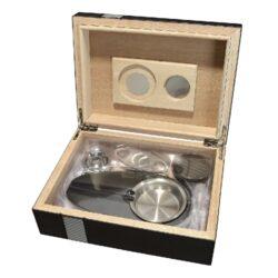 Doutníkový Humidor Set Line 25D, stolní-Doutníkový Humidor Set. Stolní humidor na doutníky s kapacitou cca 25 doutníků. Sada obsahuje: popelník, vlhkoměr, zvlhčovač a ořezávač. Vnitřek humidoru je vyložený cedrovým dřevem. Rozměr: 24x18x8 cm.