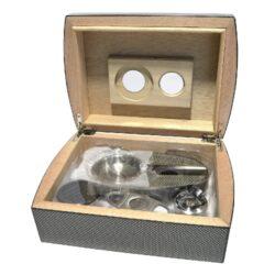 Doutníkový Humidor Set Carbon 25D, stolní-Doutníkový Humidor Set. Stolní humidor na doutníky s kapacitou cca 25 doutníků. Sada obsahuje: popelník, vlhkoměr, zvlhčovač a ořezávač. Vnitřek humidoru je vyložený cedrovým dřevem. Rozměr: 26x18x9 cm.