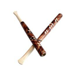 Cigaretová špička řezaná, 13cm-Cigaretová špička řezaná. Delší dřevěná špička na cigarety je zdobená ornamenty a lesklým lakováním. Cena je uvedena za prodejní balení - 1 ks.  Délka: 13 cm Průměr: 0,8 cm