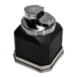 Stolní zapalovač Winjet Brugg-Stolní tryskový zapalovač. Tryskový zapalovač je vhodný nejen k zapálení doutníků. Zapalovač na doutníky je plnitelný. Výška 7,5 cm.
