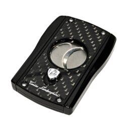 Doutníkový ořezávač Lamborghini Aldebaran černý/černý karbon-Stylový dvoubřitý ořezávač na doutníky Tonino Lamborghini Aldebaran. Precizně zpracovaný doutníkový ořezávač má dvě velmi ostré ostří, které jsou vyrobené z kvalitní oceli. Ta je zárukou kvalitního řezu doutníku. Stisknutím tlačítka s logem dolů, které současně slouží jako pojistka proti otevření, ořezávač rozevřete a je připraven k použití. Max. průměr otvoru pro doutník 2,3cm. Doutníkový ořezávač je dodáván v kožené krabičce vyložené jemným sametem. Rozměry zavřeného ořezávače: 7,1x4,8cm.  a target=_blank href=https://youtu.be/hoOzvghWJp43D prezentace produktu/a