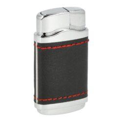 Tryskový zapalovač Twinlite Tender-Tryskový zapalovač Twinlite Tender. Kovový turbo zapalovač v lesklém chromovém nebo gunmetalovém provedení v kombinaci s koženkovou částí s prošitím. Stisknutím tlačítka se současně odklopí horní kryt a dojde k zapálení trysky, která vytvoří silný plamen. Ve spodní části najdeme plnící ventil a nastavení intenzity plamene. Výška zapalovače 6,5cm. Cena je uvedena za 1 ks. Před odesláním objednávky uveďte číslo barevného provedení do poznámky.