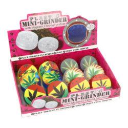 Drtič tabáku Leaves, plastový-Plastový drtič tabáku Leaves. Trojdílný drtič s magnetickým zavíráním. Rozměry drtiče tabáku: průměr 45mm, výška 20mm. Cena je uvedená za 1 ks. Před odesláním objednávky uveďte číslo barevného provedení do poznámky.