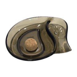 Dýmkový popelník skleněný malý, hnědý-Dýmkový popelník s odkladem na jednu dýmku, skleněný. Popelník na dýmku má rozměry 19x15x3,5cm.