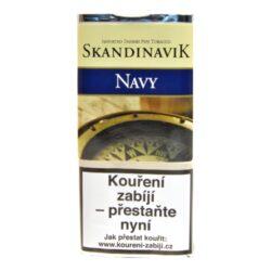 Dýmkový tabák Skandinavik Navy, 40g-Dýmkový tabák Skandinavik Navy. Aromatická směs z jemného černého Cavendishe, plnější Virginie a s jemnou příchutí Burley. Sladký vanilkový nádech, výborná příchuť ovoce, to vše si vychutnáte při kouření této vyvážené směsi. Balení pouch 40g.