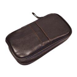 Pouzdro na 2 dýmky Etue Angelo, tmavě hnědé, koženka-Etue - pouzdro na 2 dýmky se zipem a vnitřní kapsou na kuřácké potřeby. Tmavě hnědé pouzdro na dýmku je koženkové.