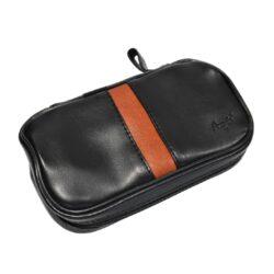 Pouzdro na 2 dýmky Etue Angelo, černé-hnědý pruh, koženka-Etue - pouzdro na 2 dýmky se zipem a vnitřní kapsou na kuřácké potřeby. Černé pouzdro na dýmku je koženkové.