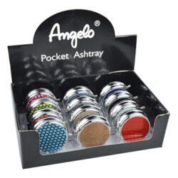 Cigaretový popelník kapesní Angelo, barevný-Barevný cigaretový popelník kapesní Angelo. Chromový kapesní popelník na cigarety je na víčku zdobený červenou imitací kůže. Po otevření se rozloží odkládací místo na cigaretu, které je upevněné na pružině. Rozměry popelníku 5x1,6cm. Cena je uvedená za 1 ks. Před odesláním objednávky uveďte číslo barevného provedení do poznámky.