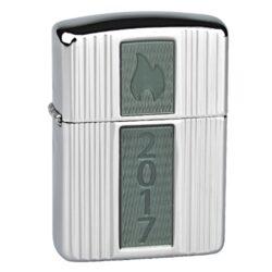 Zapalovač Zippo Armor Case Annual Lighter 2017 Limited Edition, leštěný-Benzínový zapalovač Zippo Armor Case Annual Lighter 2017 LE se sériovým číslem 305 v limitované edici 750 kusů. Zapalovač Zippo s leštěným chromovým zvlněným povrchem. Na přední straně zapalovače je umístěná skleněné plaketa, zadní strana je zdobena gravírovaným logem. Zapalovač je dodávaný v originální dárkové krabičce s logem. Zapalovače Zippo nejsou při dodání naplněné benzínem. Správné fungování zapalovače zajistíte originálním příslušenstvím: benzín Zippo 3141 Fluid, kamínky Zippo Flint, knoty Zippo Wick a vata do zapalovače Zippo.