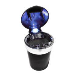 Popelník do auta LED, barevný-Cigaretový popelník do auta s LED světlem. Uzavírací auto popelník na cigarety je vysoký 11,5cm. Dno popelníku má 6,2cm v průměru. Po otevření popelníku se rozsvítí LED světlo, po zaklopení víčka světlo zhasne. Popelník je plastový. Napájení LED světla je zajištěno výměnou baterií 1x CR2016 (3.0V), která je součástí balení. Cena uvedená za 1 ks. Před odesláním objednávky uveďte číslo barevného provedení do poznámky.
