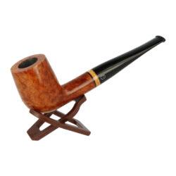 Dýmka Jirsa Supreme, filtr 9mm-Dýmka Jirsa Supreme z bruyerového dřeva s filtrem. Kvalitní a precizně vyrobená dýmka od známého výrobce Oldřicha Jirsy. Lehce prohnutá dýmka je v hladkém světle hnědém provedení s jemným tmavším žíháním. Hlava i náustek je lesklý. Dýmka je dodávána v originální dárkové krabičce zabalená do látkového pytlíku. Vyobrazený stojánek není součástí balení dýmky.  Filtr do dýmky: 9mm Délka dýmky: 141mm Výška hlavy: 48mm Šířka hlavy: 37mm Průměr tabákové komory: 20mm Hloubka tabákové komory: 39mm Hmotnost dýmky: 42g Druh dýmky dle materiálu: dýmka briar