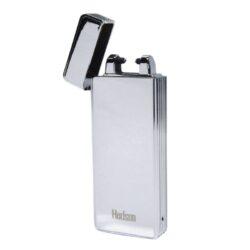 USB zapalovač Hadson Percy Arc, el. oblouk, chrom-USB zapalovač s elektrickým zapalováním. USB zapalovač využívá k zapálení elektrický oblouk, namísto tradičního plynu. Zapalovač se zapálí otevřením horního krytu a zatřesením. V zapalovači je integrovaný MicroUSB port, kterým se USB zapalovač dobíjí. V balení je přiložen nabíjecí MicroUSB-USB kabel. Doba nabíjení USB zapalovače cca 60 minut. Výška zapalovače 7,3cm.