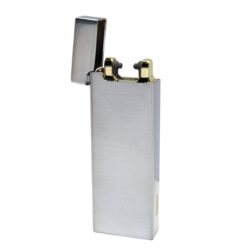 USB zapalovač Hadson Allegro Arc, el. oblouk, chrom-USB zapalovač s elektrickým zapalováním. USB zapalovač využívá k zapálení elektrický oblouk, namísto tradičního plynu. Zapalovač se zapálí otevřením horního krytu a zatřesením. V zapalovači je integrovaný MicroUSB port, kterým se USB zapalovač dobíjí. V balení je přiložen nabíjecí MicroUSB-USB kabel. Doba nabíjení USB zapalovače cca 60 minut. Výška zapalovače 7,5cm.